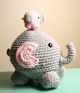 This can be made with any yarn and hook size. The small one is made with fingering yarn and a big one with bulky yarn.