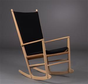 Hans J. Wegner 1914-2007. Gyngestol af sæbebehandlet bøgetræ, sæde med flettet papirgarn. Formgivet i 1944. Fremstillet hos FDB, model J-16. Samt hyndesæt af sort uld. Oprindelig bemaling fjernet, hvorfor professionell sæbebehandling af senere dato.