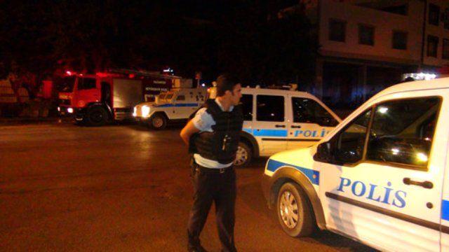 Gaziantepte Polis Merkezine Saldırı  Gaziantepte Ocaklar Mahallesinde bulunan 25 Aralık Polis Merkezine teröristlerce uzun namlulu tüfeklerle ateş açıldı. Saldırıda yaralanan olmazken polis geniş çaplı operasyon başlattı.      Dün saat 21.30 sıralarında Bölücü Terör Örgütü tarafından 25 Aralık Polis Merkezine saldırı düzenlendi. Teröristlerin uzun namlulu tüfeklerle açtığı ateşe polisler de anında karşılık verince kısa süreli çatışma yaşandı. Kimsenin yaralanmadığı saldırının ardından…