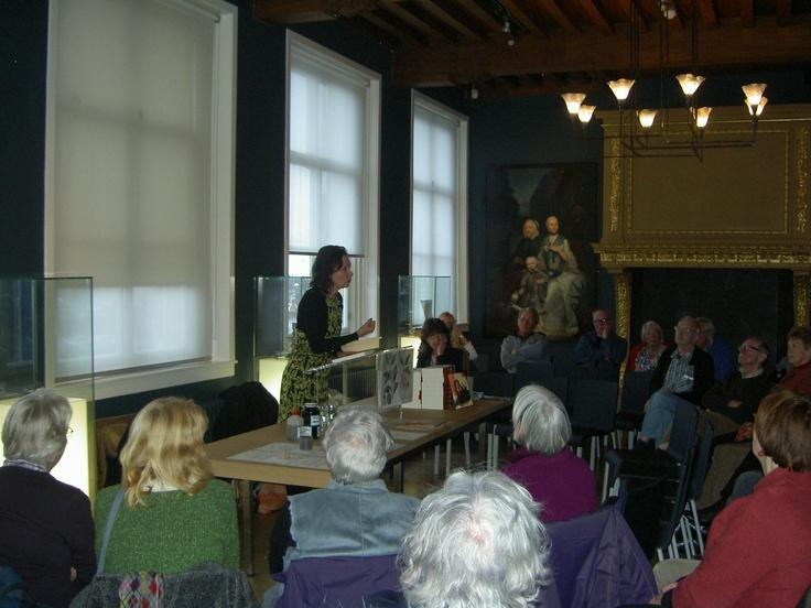 auteur Jacqueline Zirkzee bij een presentatie