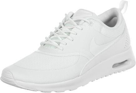 Deze Nike Air Max Thea schoen is bewust van de zomer: het is geheel in het wil met een licht groene tint en uitgerust met een lichtdoorlatende mesh bovenkant. Je kan deze ook graag maar eens een keer zonder sokken dragen! Hier de details:- lichte, sportieve zomer sneaker- geheel witte bovenkant- mesh en synthetisch- vrouwelijk en diep gesneden- gevoerde kraag met hielband- smal en laag uitgesnedenNB kleuren: de schoen heeft een lichte groene tint!Bovenmateriaal: textiel, synthetischVoering…