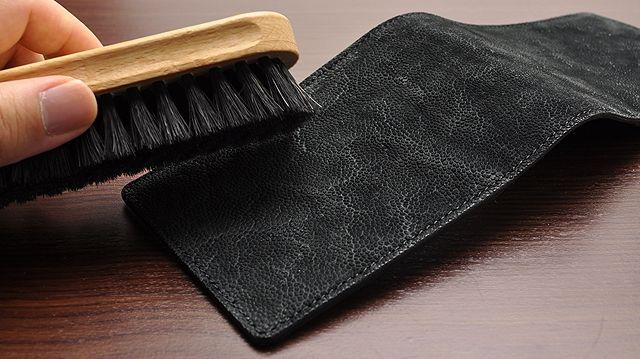 「馬毛ブラシ」で軽く表面の汚れを落してください。