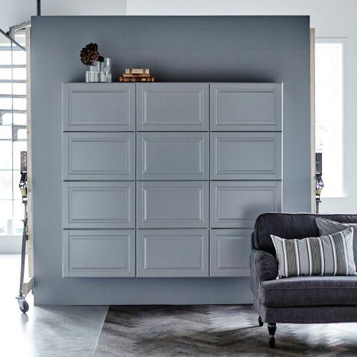 Grå METOD skabe op ad en grå væg med en sofa foran.