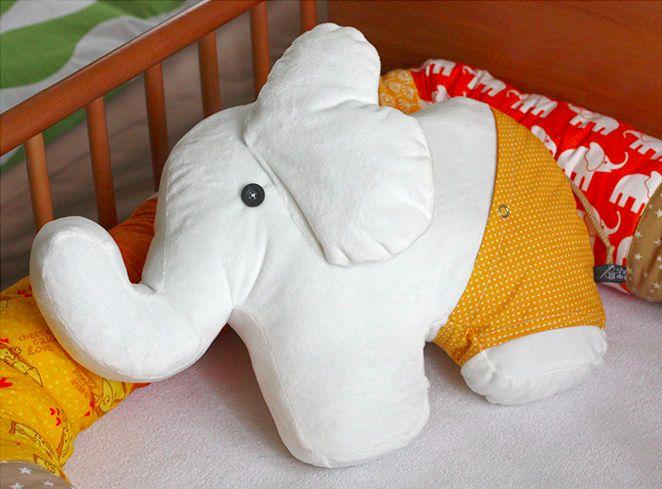 Dicker Elefant mit kleiner Tasche in der Badehose via Makerist.de