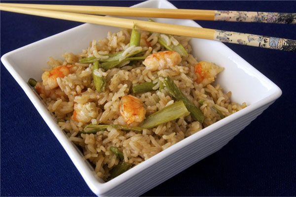 Delicioso arroz basmati blanco, acompañado de langostinos cocidos y espárragos y con un toque oriental a base de salsa de soja, riquísimo y muy sano!