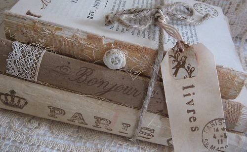 Beautiful vintage booksDecor, Book Display, Old Book, Antiques Book, Vintage Book, Shabby Chic, Oldbook, Book Covers, End Tables