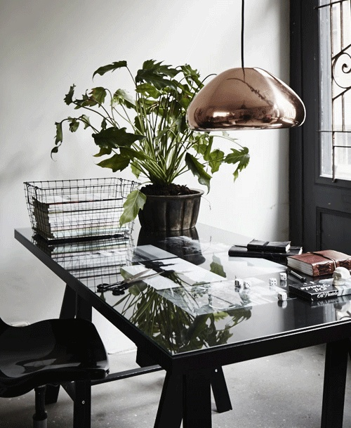 Je werkplek of eettafel krijgen een extra dimensie door je lievelingsfoto's en mooie scheursels onder een glasplaat op je tafel te leggen.