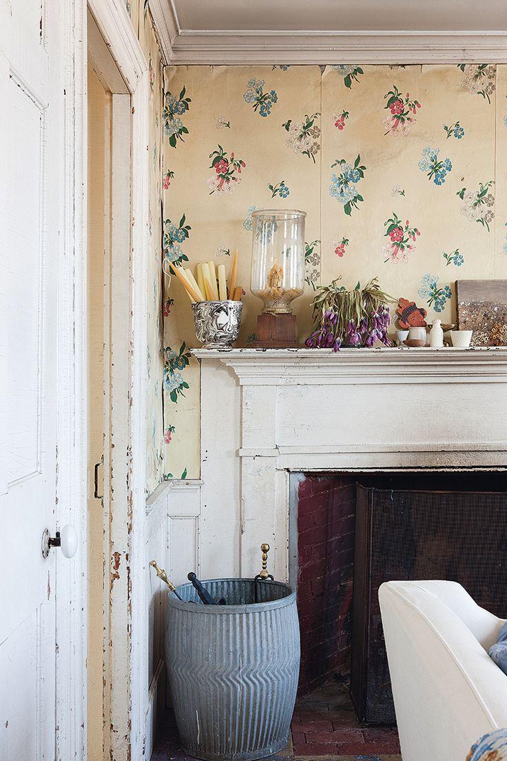 Sobre la repisa, cuencos de cerámica de mercadillos y cuadro de Deb Boardman. A la izda., cubo para agua inglés del XIX de su tienda con los atizadores de la chimenea.