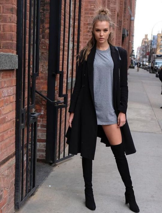 vestido corto y botas hasta las rodillas, cardigan negro