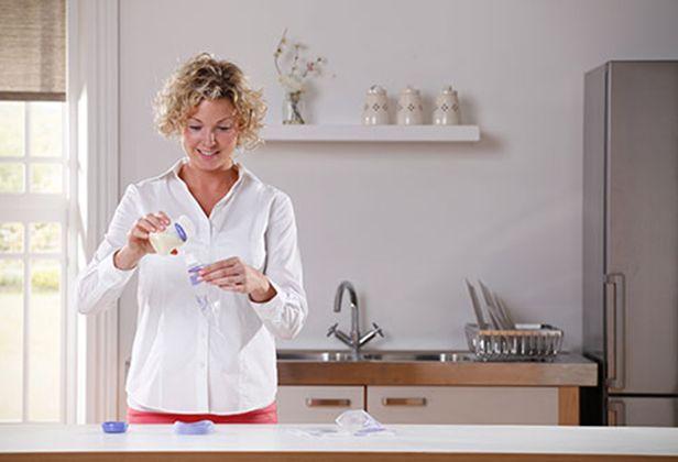 Hygienische, platzsparende und auslaufsichere Aufbewahrung von Muttermilch in den Muttermilchbeuteln von Lansinoh