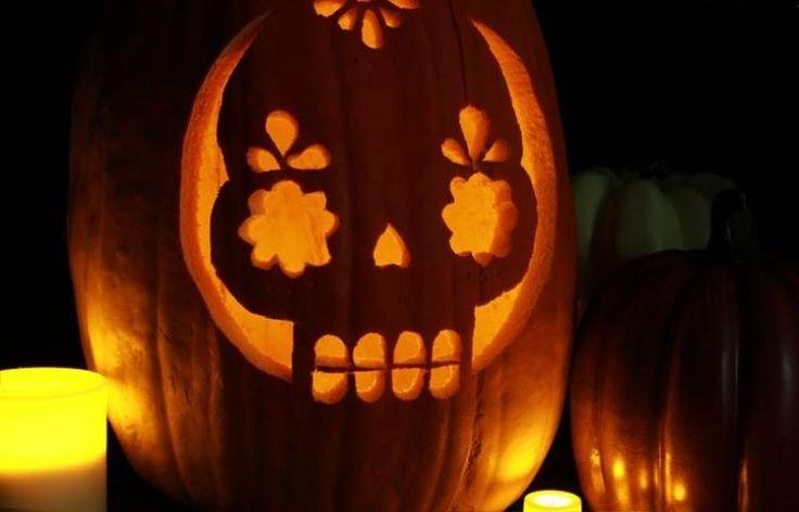 citrouille d'Halloween à motifs creusés et bougies électriques