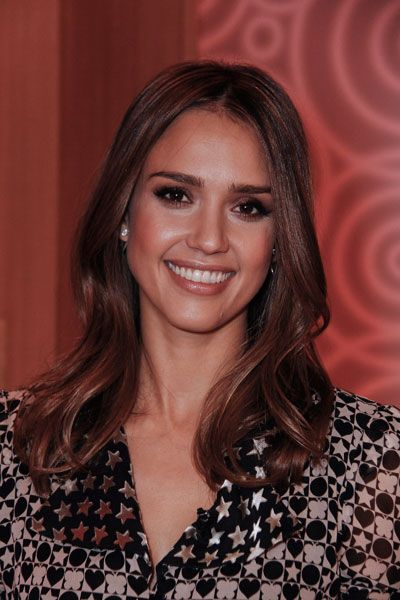 Jessica Alba shows that can never go wrong with shimmery brown shadow. #beauty #makeup: Beautiful Makeup, Jessica Alba Hair, Hair Colors, Hair Cosmetics, Subtle Makeup, Makeup Ideas, Hair And Makeup, Hair Make Up Styl, Hair Length