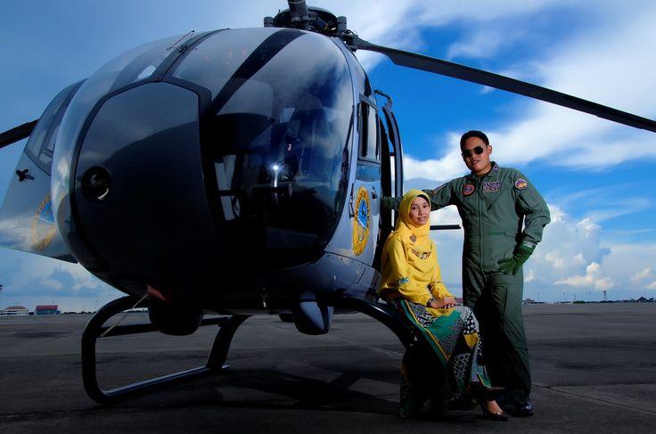 Gallery foto prewedding TNI Al Juanda surabaya. dengan properti helikopter Colibri, baju pilot penerbang dan gaya casual lainya. membuatLokasi bandara udara juanda