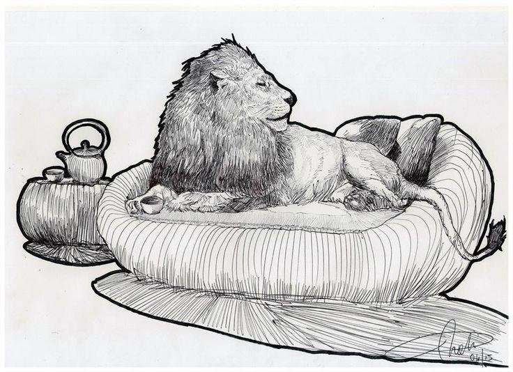 un leone seduto su una poltrona a bere il tè