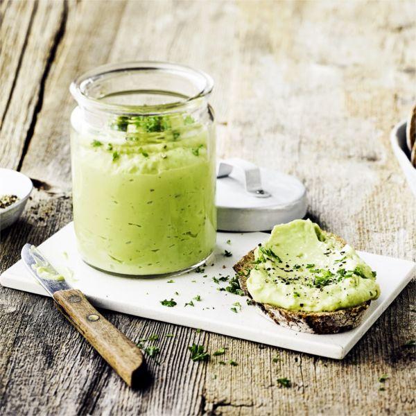 Aus Avocado und saurer Sahne lässt sich in nur wenigen Schritten ein leckerer Aufstrich zubereiten - probiert es aus! #avocado #aufstrich #frühstück #edeka