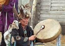 БАГУЛЬНИК - (Ledum). Название произошло по одной версии от латинского «laedere» - «вредить, мучить», из-за сильного удушающего запаха, вызывающего головокружение. По другой - от греческого «ledon», которое означало «ладан»: и багульник, и ладан имеют сходный смолистый запах. По третьей - он назван в честь Леды, жены спартанского царя, в которую влюбился Зевс - за красоту и дурманящий запах цветов. Русское название происходит от старославянского «багулить», то есть «отравлять», за ядовитость…