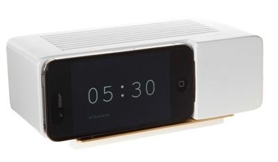 Jonas Damon`s Alarm Dock frisker opp hukommelsen til oss som vokste opp på 70-tallet. Kjøp en Flip Clock App fra iPhonen din eller iPod Touch og du har en Alarm Dock . Du kan i tillegg trekke ladeledningen til din iPhone gjennom Alarm Docken, så du lader opp enheten i docken. Fyr opp app`en, plugg i iPhonen i docken, og våkne hver morgen som om det er 1972 igjen.L 17 x D 8,9 x H6,3cm, 3 Kg, lakkert tre.  Leveres uten iPhone, den må du skaffe selv :)  ...