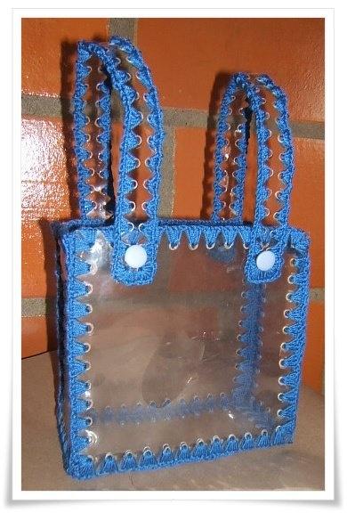 Este es un bolso fabricado con botellas de pet. Maravillosa idea!