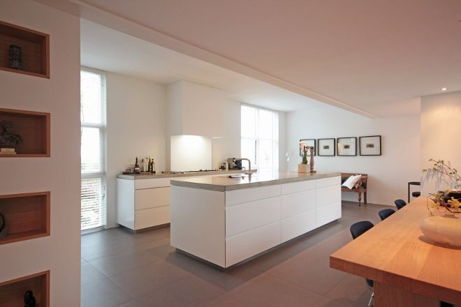Strakke witte keuken met lichtgewicht betonnen werkblad van keuken keukens - Witte keuken voorzien van gelakt ...