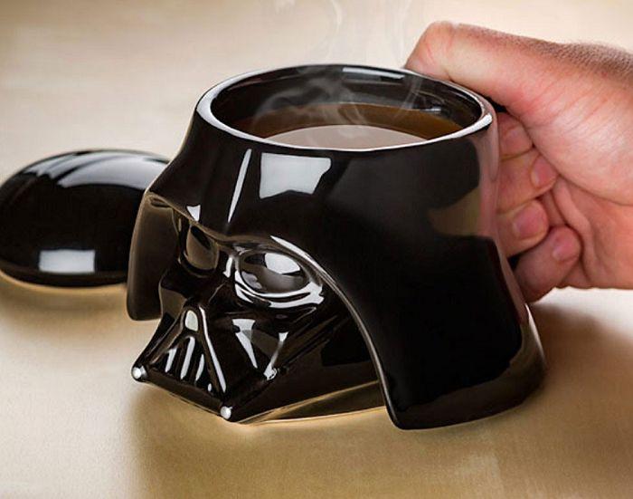 Kubek z pokrywką Vader Star Wars to ciekawy gadżet kuchenny, który powstał z myślą o wszystkich fanach ciemnej strony mocy,. Pijąc kawę lub herbatę z tego oryginalnego kubeczka można poczuć się jak jeden z bohaterów sagi Gwiezdne Wojny.