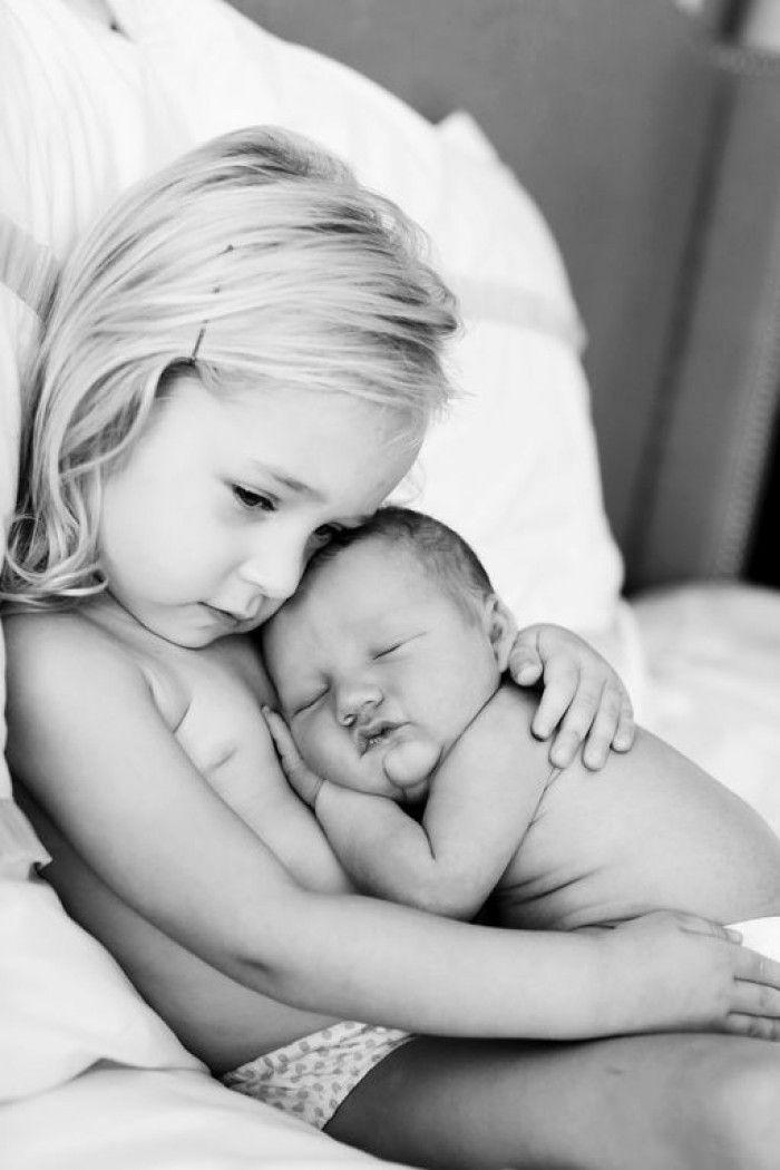 Lief plaatje van meisje met pasgeboren baby