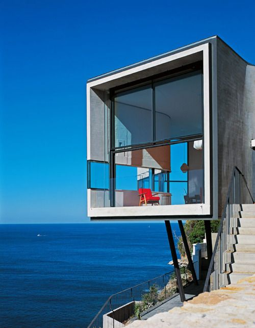 This inspiring cliff house architecture takes a cue from famed artist Pablo Picasso and is, in our humble opinion, a masterpiece in its own right. Designed by Australian architects Durbach Block Jaggers, this contemporary style home near Sydney, Australia features a glass and stone exterior with curved walls that cling to this 7