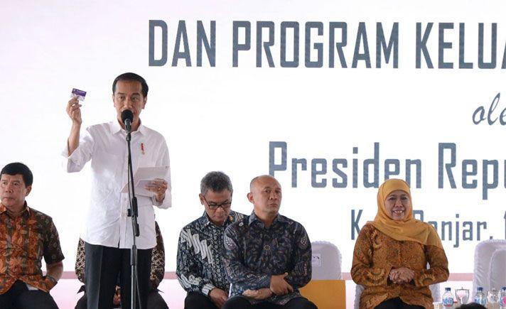 Presiden Joko Widodo menyerahkan bantuan sosial Program Keluarga Harapan (PKH) kepada 1.000 keluarga prasejahtera. Penyerahan tersebut dilakukan langsung di Taman Kota Lapang Bakti, Kabupaten Banjar, Jawa Barat, Selasa (16/1).