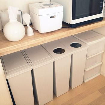 カウンター下に完璧に収まったキッチンのゴミ箱は、まるでオーダーメイドのようなジャストサイズ。ふたのデザインが少し違うだけでも、単調さがなくなって素敵に見えます。