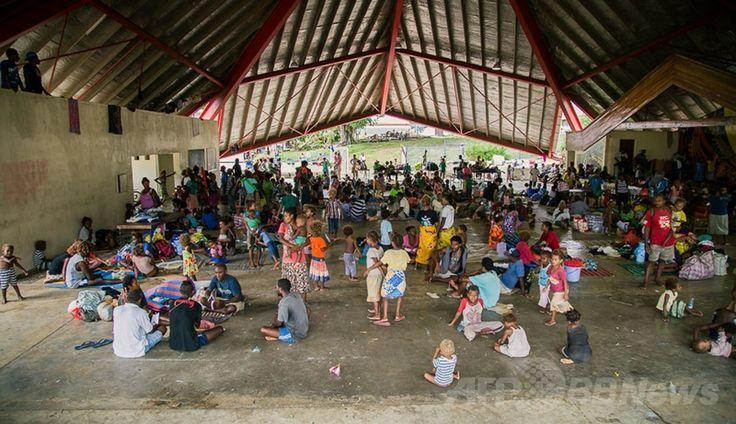 洪水が発生したソロモン諸島の首都ホニアラ(Honiara)のパナティナ・パビリオン(Panatina Pavilion)に設置された避難所に避難した人たち(2014年4月5日撮影)。(c)AFP/WORLD VISION/RACHEL SKEATES ▼6Apr2014AFP|ソロモン諸島ホニアラの洪水、不明者の捜索続く 死者21人に http://www.afpbb.com/articles/-/3011876 #Solomon_Islands #Honiara #Flood #Inundacion #Inondation #Hochwasser #Sel #Banjir #Inondazione #Overstroming #Powodz #Inundacao #Baha #Mafuriko #Lut