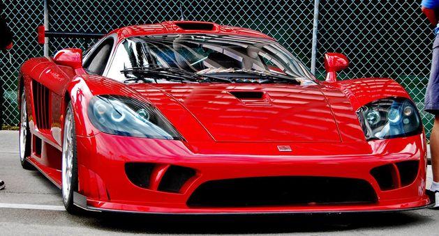 """Saleena S7 Samochód sprzedawany jako opcjonalna wersja modelu S7 Twin-Turbo. Auto wyposażone w 1000 konny silnik, według proucenta jest w stanie osiągnąć prędkość znacznie dochodzącą do 420 kilometrów. Niestety, oficjalne testy samochodu nigdy nie zostały przeprowadzone, mimo to, prowadząc Saleena S7 bez trudu można rozpędzić się do """"marnych"""" 390 kilometrów na godzinę."""