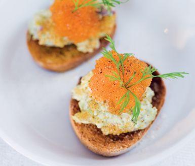 Frasig crostini och len avokadokräm toppad med högklassig löjrom. Garnera med dillvippor och servera dessa små aptitretare som en förrätt eller som ett tilltugg till en god drink.
