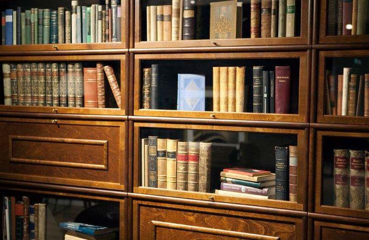 Boknäs Classic -kirjahylly on tavattoman pölytiivis. Vitriinin sisällä vanerivuoraus jonka eteen ovi sulkeutuu.