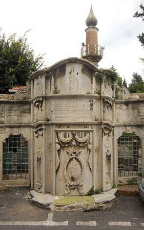 Fevziye Küçükefendi camii/Kocamustafapaşa/İstanbul/// Fevziye Küçük Efendi Camii: 19. yüzyıl başlarında, Ayasofya vaizi Nakşî Feyzullah Şükrü Efendi (Ö.1814) tarafından cami-tekke olarak yaptırılmıştır. Feyzullah Efendi'nin oğlu, tekke şeyhi Mehmet Abdürreşid Efendi (Küçük Efendi) 1825 tarihinde cami-tekkeyi yeniden inşa ettirmiş, iki adet de kütüphane binası yaptırmıştır.