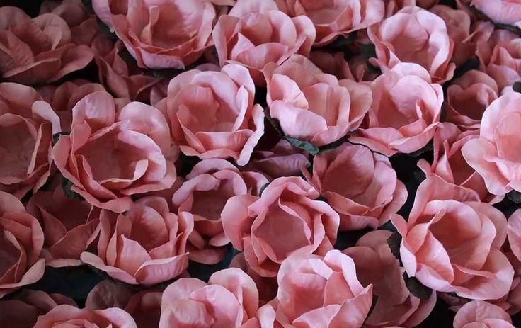 forminhas de doce de casamento cor de rosa em tecido