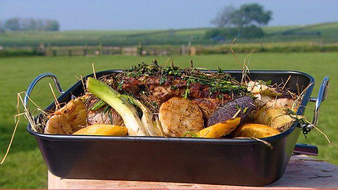 Texelse lamsbout in hooi met tuinbonensalade en venkeltzatziki - recept   24Kitchen
