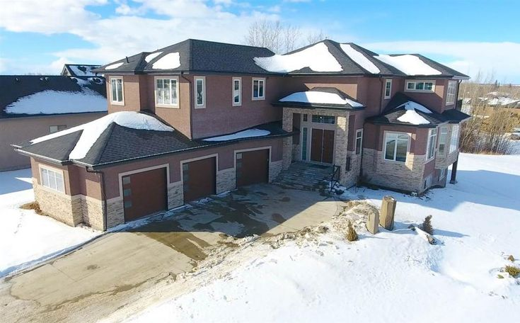 Executive Home on Estate Lot just Mins from Edmonton with City Services!
