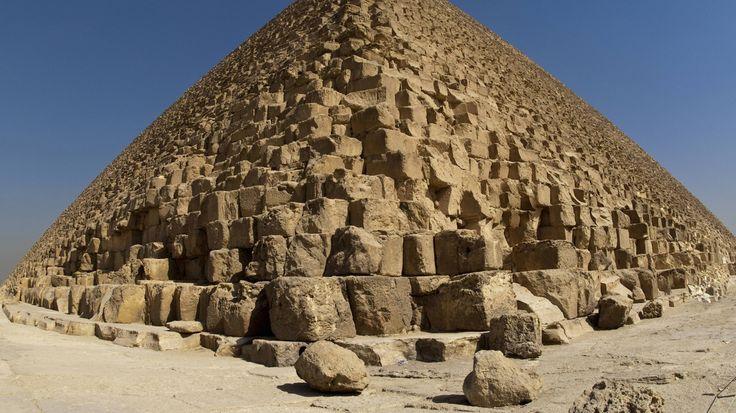Pharao Cheops, der Sohn des Snofru, lernte aus den Fehlern seines Vaters: Er baute auf Fels. Und ließ sein Bauwerk von Anfang an im idealen Neigungswinkel von 52 Grad hochziehen. So entstand um 2600 vor Christus die erste perfekte Pyramide. Mit einer Höhe von 147 Metern und einer Seitenlänge von 230 Metern ist die Cheops-Pyramide auch die größte, die je gebaut wurde.
