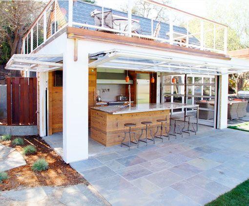 Cocinas abiertas al exterior con ventanales verticales for Casas rusticas con jardin