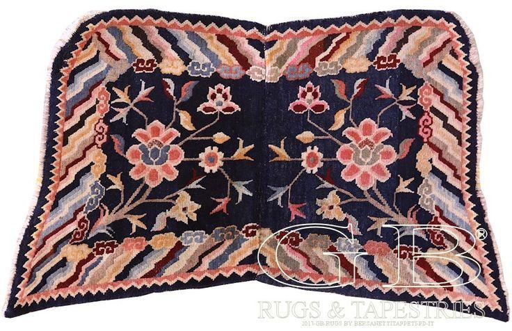 SELLA TIBETANA A FARFALLA. Sono tra i pochi tipi di tappeti non hanno subìto l'influenza dell'occidente. Per Tibetani e Mongoli il cavallo è da sempre uno