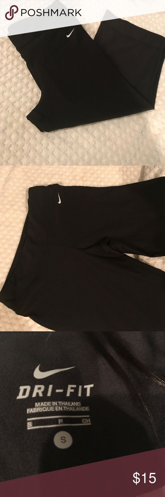 Nike yoga pants Gently used great stretchy fabric . Great for a yoga session. Capri pants with wide leg Nike Pants Capris
