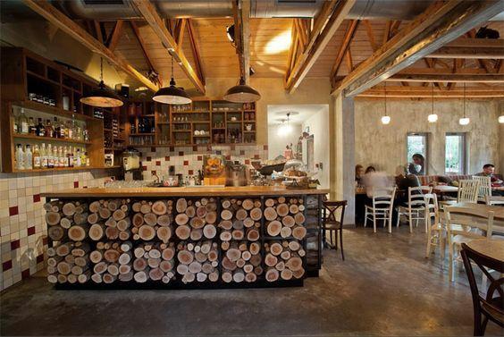 decoración rustica de un cafe restaurante-mostrador de troncos: