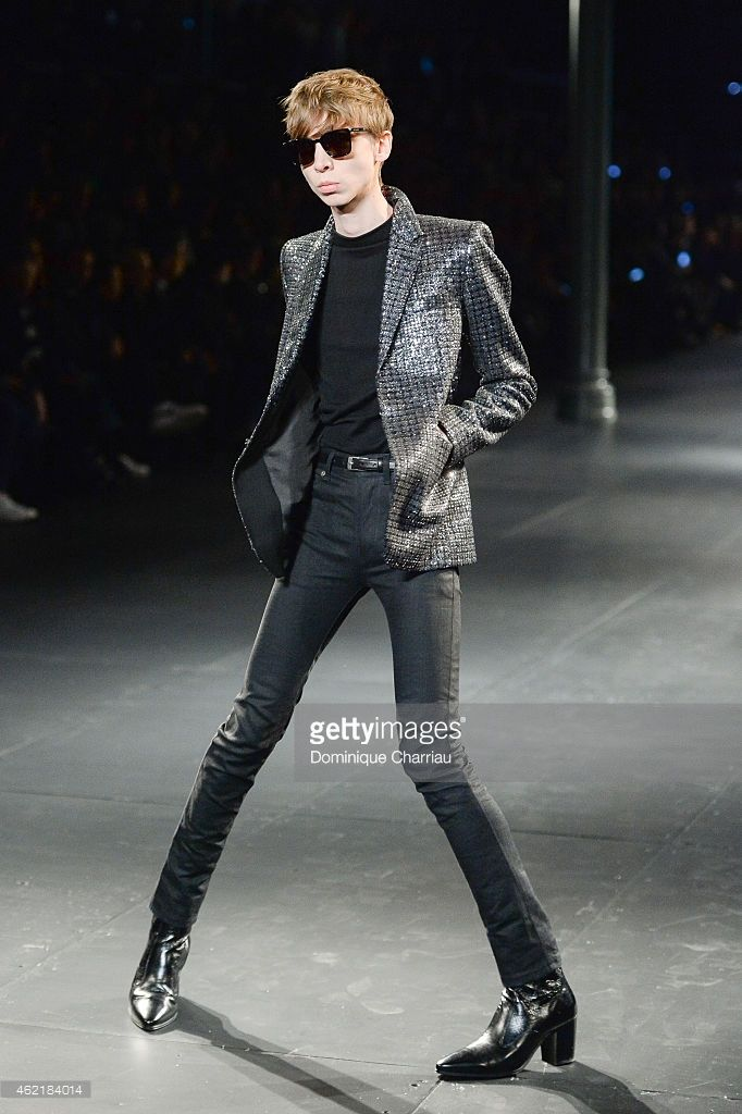 model walks the runway during the Saint Laurent Menswear Fall/Winter... ニュース写真 | Getty Images