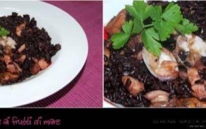Riso venere ai frutti di mare - Il riso Venere ai frutti di mare è un primo piatto particolare ha un colore nero e un aroma molto intensa, deve cuocere per 50 minuti ed è delizioso preparato con i frutti di mare.
