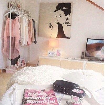 ♡ I love the whole decoration of the room. It's so simple and cute . The painting of Audrey Hepburn is awesome