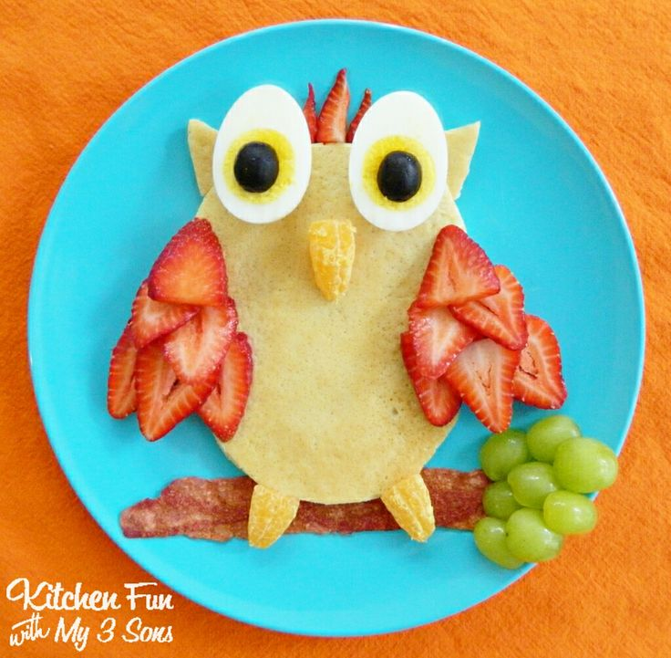 Owl pancakes for breakfast. Could also use slices of banana with blueberries on top or kiwi slices for the eyes.
