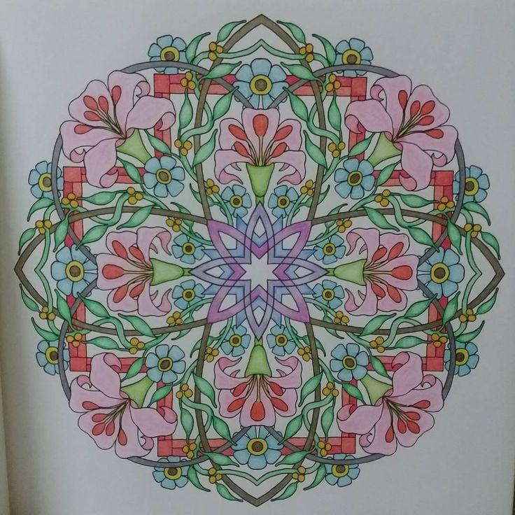 * 完成。 * あんまり派手になりすぎないように気をつけて配色しました。 * * * #大人の塗り絵#大人のぬりえ#コロリアージュ#coloriage#心を整える花々のマンダラぬりえ#色鉛筆#ユニカラー#uniNo.888