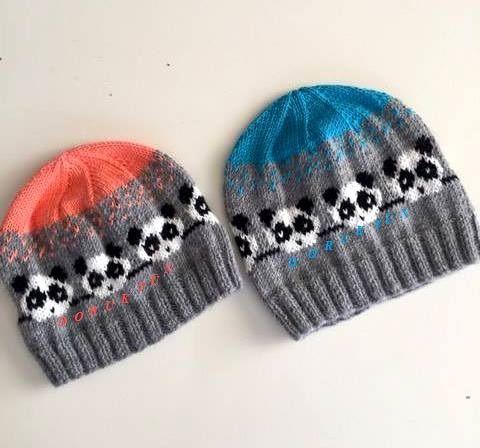 Sevgili Hatice Hanımdan yeni şapkaların fotoğrafı geldi. Ben de bu güzellikleri hemen paylaşmak istedim. Ürün bilgisi veremiyorum çünkü artan ürünlerini değerlendirmiş. Ama orta kalınlıkta ürünler aldığı düşünülürse bu şapkalar yaklaşık 4-4,5 nolu şiş ile örebileceğiniz yünler uygun gibi görünüyor. Bence çok şık ve şirin olmuşlar. Ellerinize sağlık Hatice Hanım.