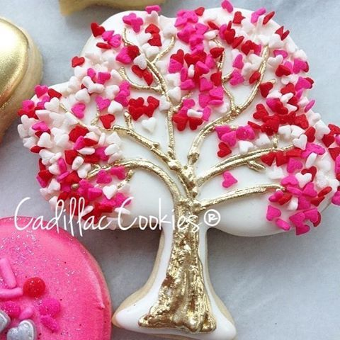 What if love really did grow on trees?❤ (fab super gold from @trulymadplastics fun tree cutter from @kaleidacuts and sprinkles from @wiltoncakes) #ittakesavillage #decoratedcookies #cadillaccookies