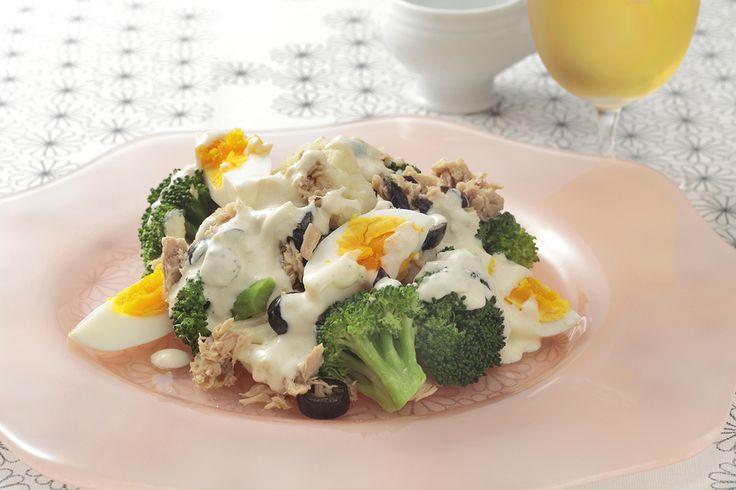 ブロッコリーとカリフラワーと卵とオリーブとツナのサラダ | ボリュームがありヘルシーながら満足できる見た目も華やかなサラダ。
