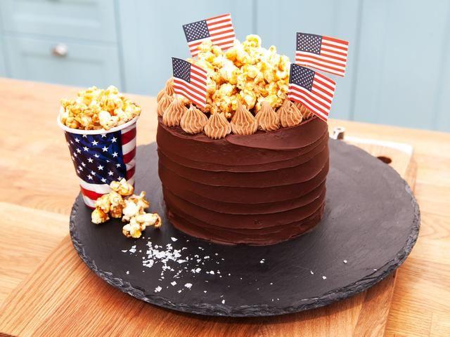 Amerikansk popcorntårta med björnbär, choklad och nougat